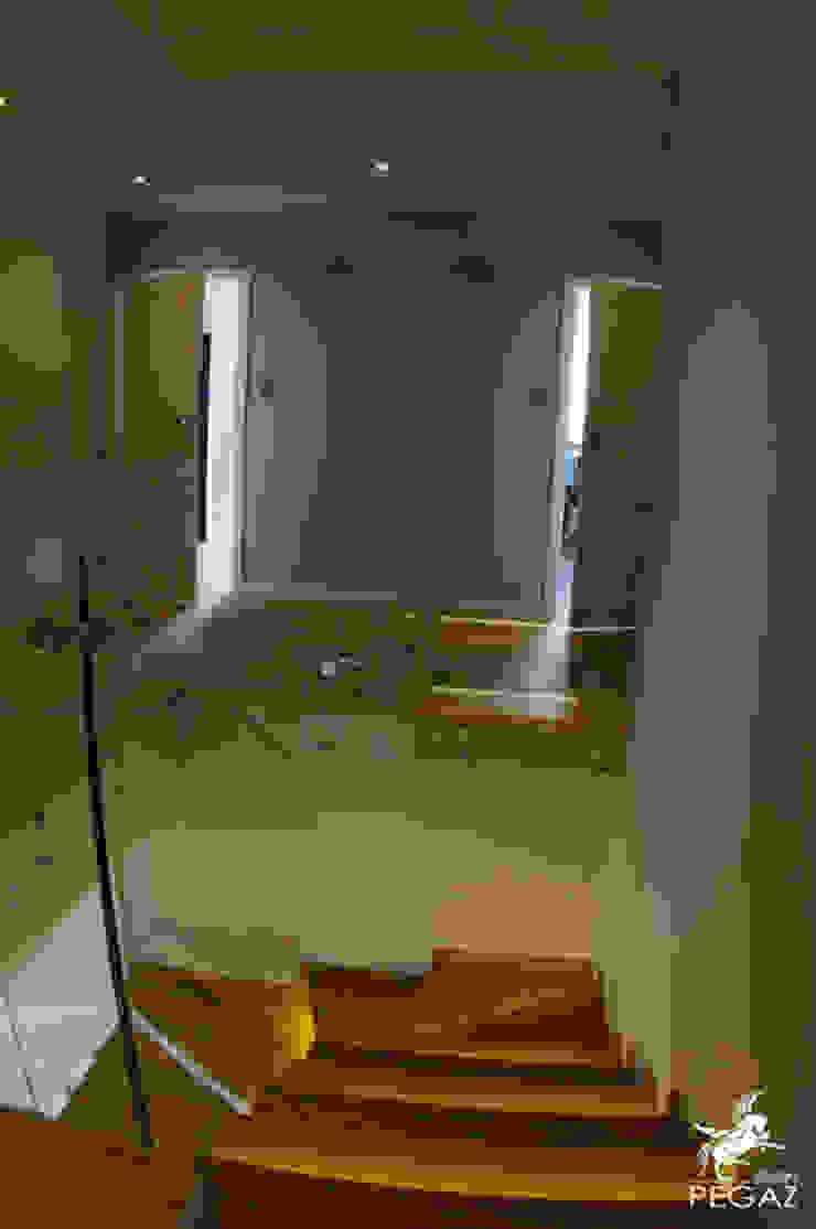 Nowoczesna klatka schodowa Minimalistyczny korytarz, przedpokój i schody od Pegaz Design Justyna Łuczak - Gręda Minimalistyczny Drewno O efekcie drewna