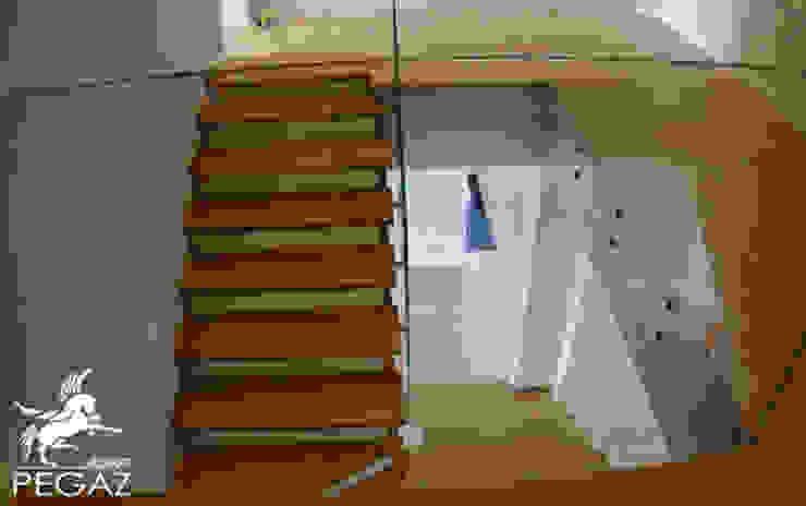 Nowoczesna klatka schodowa Minimalistyczny korytarz, przedpokój i schody od Pegaz Design Justyna Łuczak - Gręda Minimalistyczny Szkło