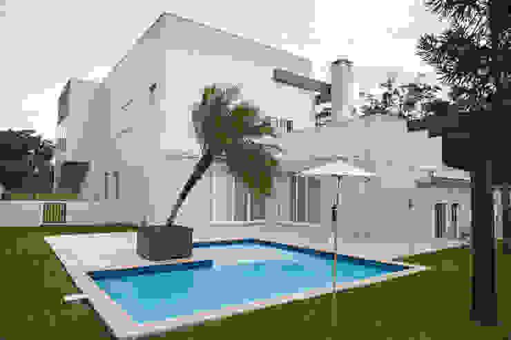 Vista Lateral Casas modernas por d´ Ornellas Arquitetura e Construção Moderno