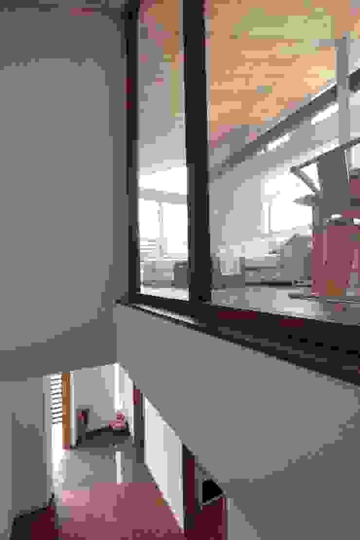 光と風が通り抜ける都心の家 北欧スタイルの 玄関&廊下&階段 の アトリエグローカル一級建築士事務所 北欧