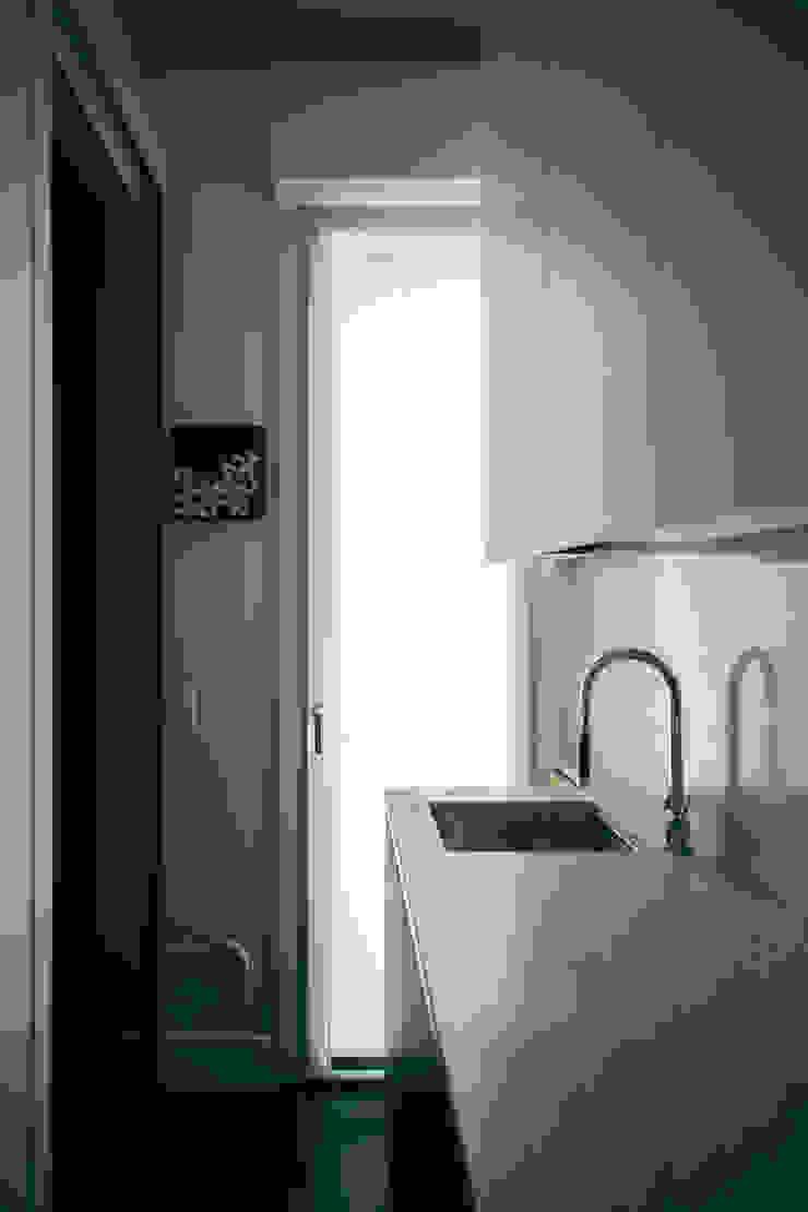 house#01 cucina Cucina moderna di andrea rubini architetto Moderno Marmo