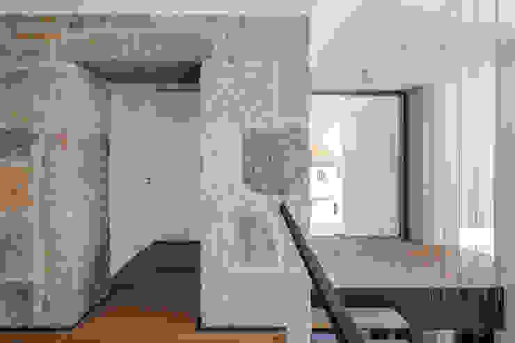 Pasillos, vestíbulos y escaleras de estilo minimalista de FPA - filipe pina arquitectura Minimalista
