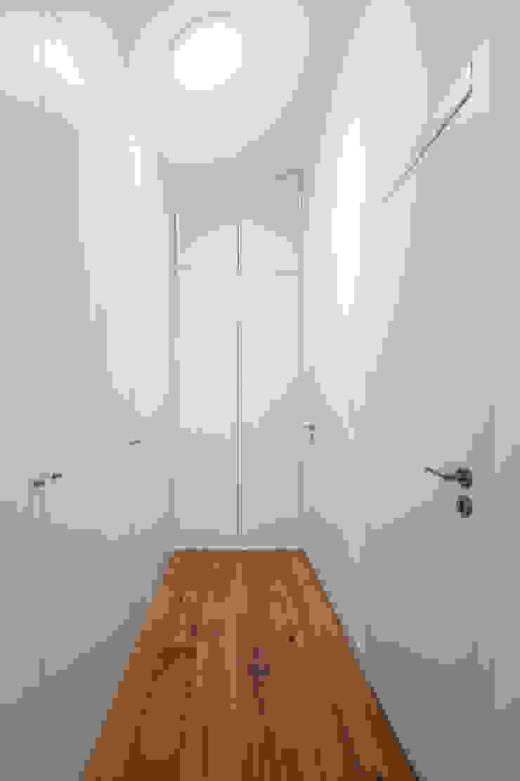 Minimalist dressing room by FPA - filipe pina arquitectura Minimalist