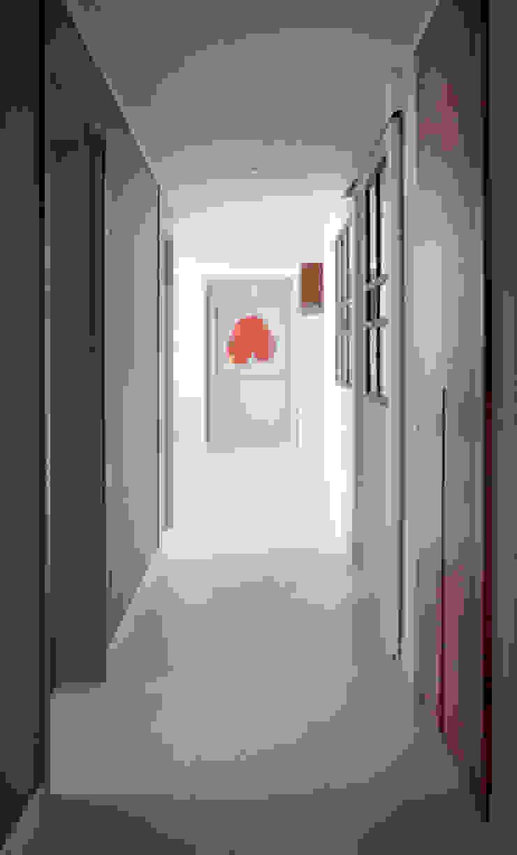 Modern corridor, hallway & stairs by 마르멜로디자인컴퍼니 Modern