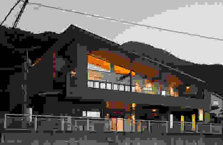 ~山に抱かれた暮らしを楽しむ『自然の潤いと共に暮らす家』 モダンな 家 の 西薗守 住空間設計室 モダン