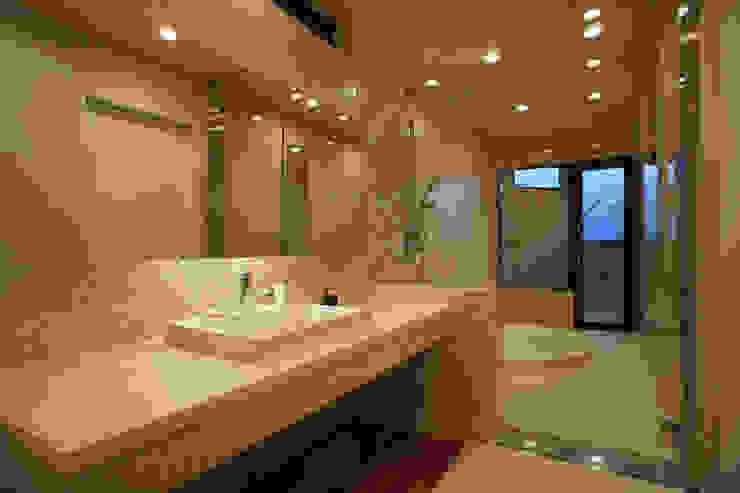~山に抱かれた暮らしを楽しむ『自然の潤いと共に暮らす家』 モダンスタイルの お風呂 の 西薗守 住空間設計室 モダン