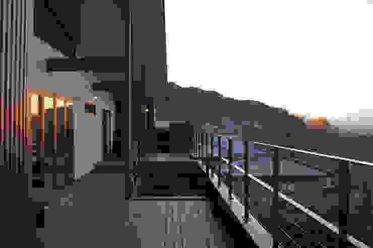 ~山に抱かれた暮らしを楽しむ『自然の潤いと共に暮らす家』 モダンデザインの テラス の 西薗守 住空間設計室 モダン