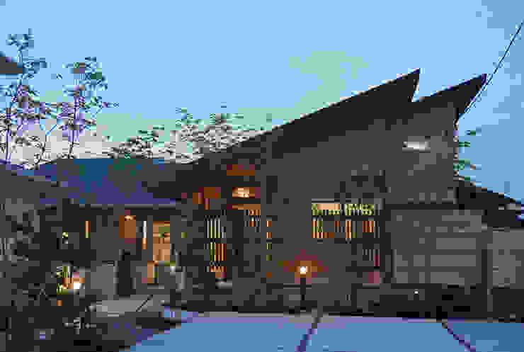 ~深い軒の外部空間を楽しむ『平屋の大屋根の美しい家』 日本家屋・アジアの家 の 西薗守 住空間設計室 和風