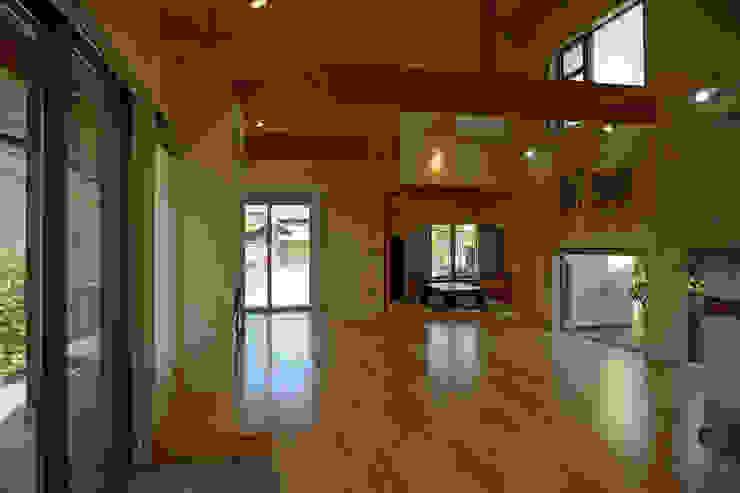 ~深い軒の外部空間を楽しむ『平屋の大屋根の美しい家』 和風デザインの リビング の 西薗守 住空間設計室 和風