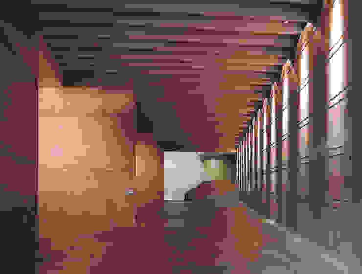 Bodegas Campo Viejo – Bodegas Juan Alcorta. La galería. Pasillos, vestíbulos y escaleras de estilo minimalista de Ignacio Quemada Arquitectos Minimalista