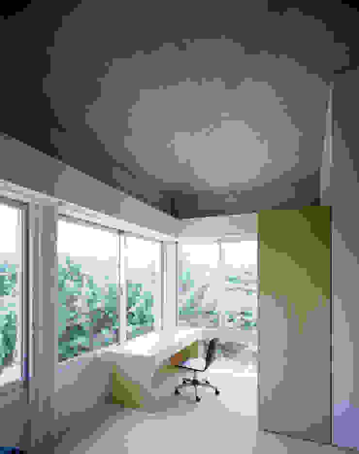 1階ゲストルーム洗面 モダンスタイルの寝室 の Guen BERTHEAU-SUZUKI Co.,Ltd. モダン