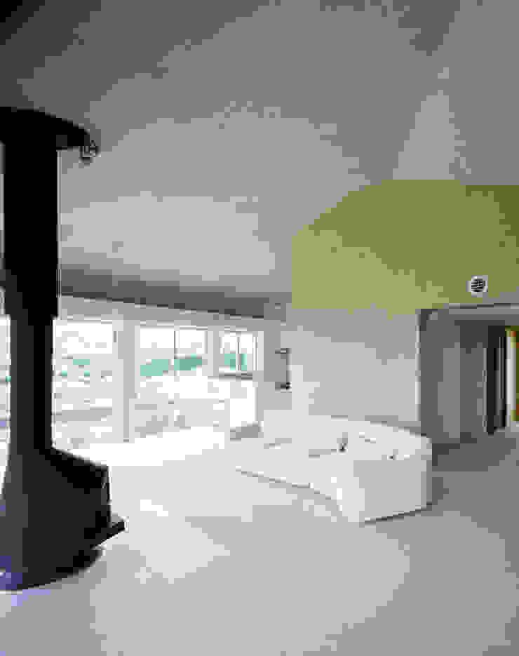 2階婦人室 モダンデザインの 多目的室 の Guen BERTHEAU-SUZUKI Co.,Ltd. モダン