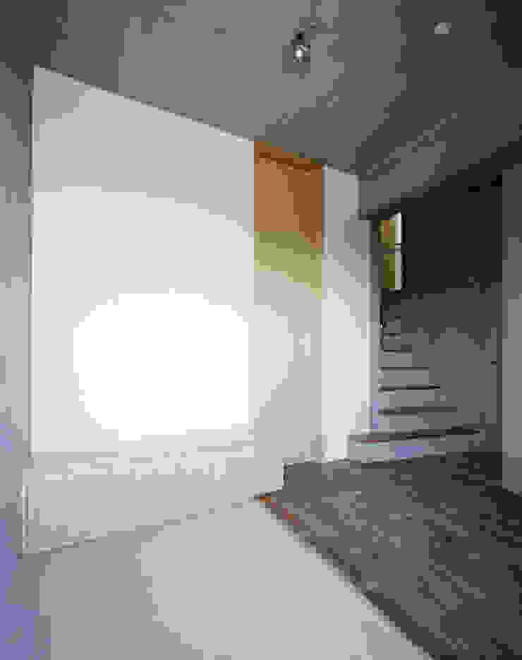 2階ご主人室 モダンスタイルの 玄関&廊下&階段 の Guen BERTHEAU-SUZUKI Co.,Ltd. モダン
