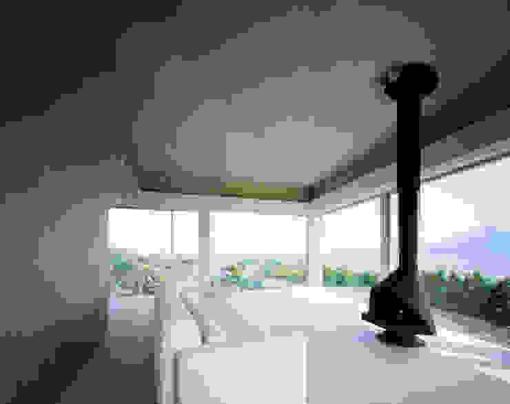 北側全景3 モダンデザインの 多目的室 の Guen BERTHEAU-SUZUKI Co.,Ltd. モダン