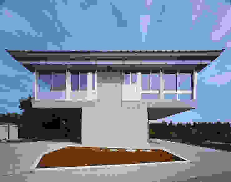 2階夜景のリビングルーム モダンな 家 の Guen BERTHEAU-SUZUKI Co.,Ltd. モダン