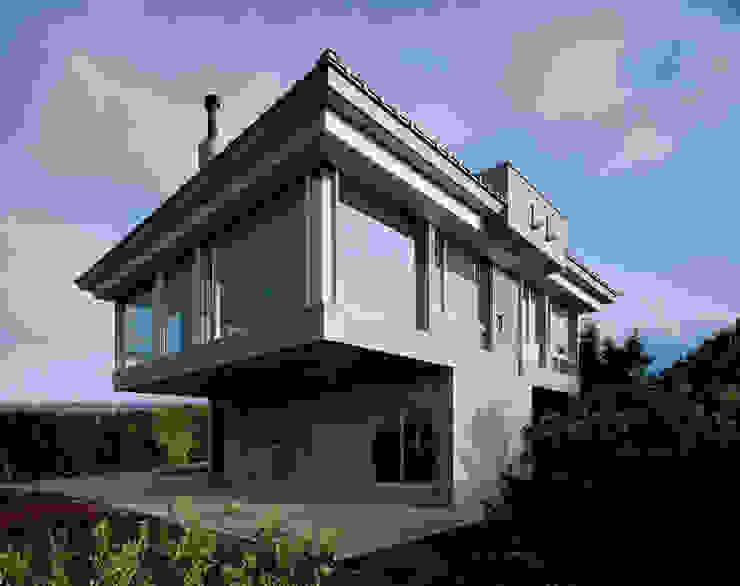 北側全景1 モダンな 家 の Guen BERTHEAU-SUZUKI Co.,Ltd. モダン