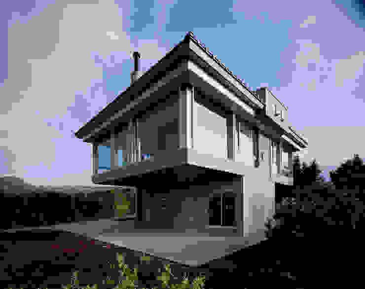 北側全景2 モダンな 家 の Guen BERTHEAU-SUZUKI Co.,Ltd. モダン