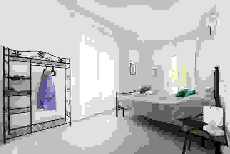 CAMERA MATRIMONIALE Camera da letto minimalista di PADIGLIONE B Minimalista Legno Effetto legno
