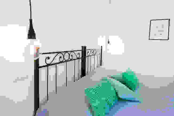 DETTAGLIO LUCE - COMODINI Camera da letto minimalista di PADIGLIONE B Minimalista Legno Effetto legno