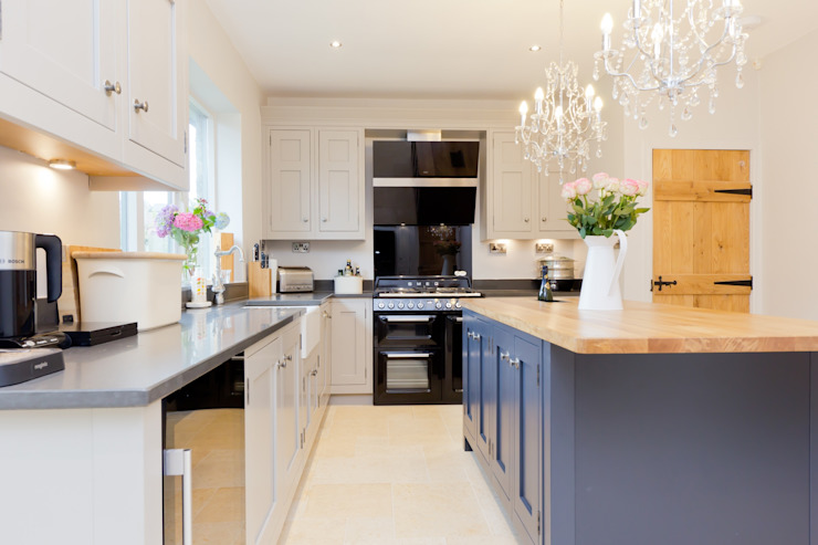 Traditional Kitchen in Huddersfield at Longwood Classic style kitchen by Twenty 5 Design Classic
