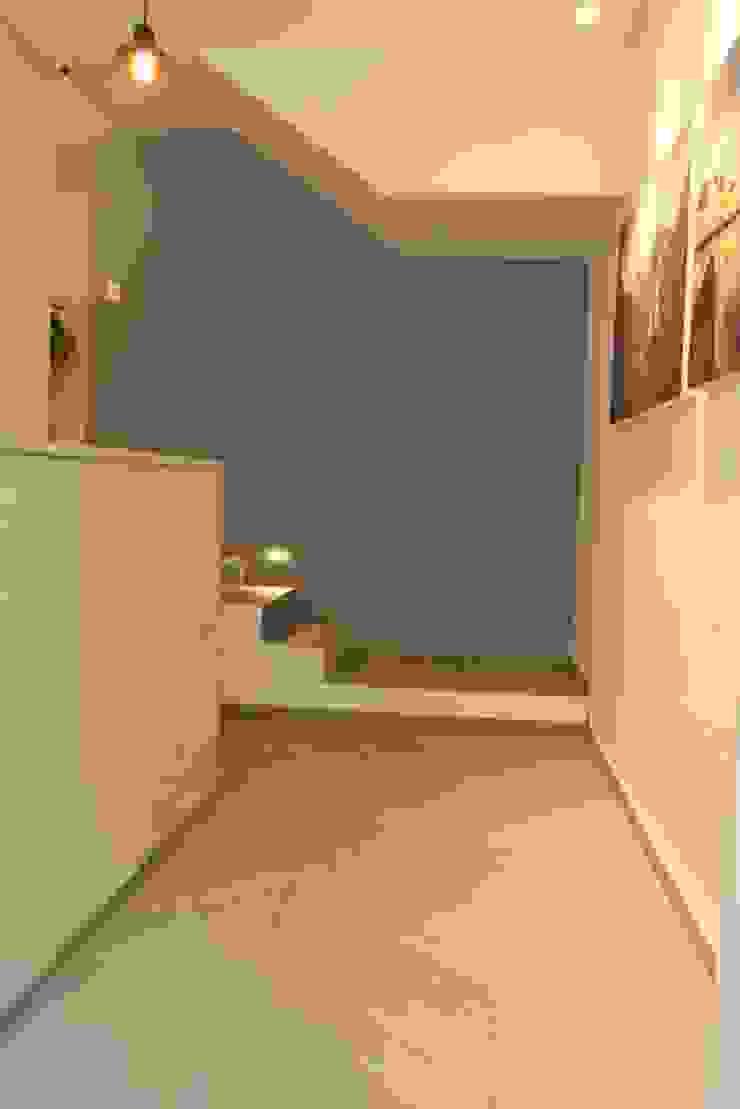 Restaurante-Bar Pasillos, vestíbulos y escaleras modernos de Wooden Moderno