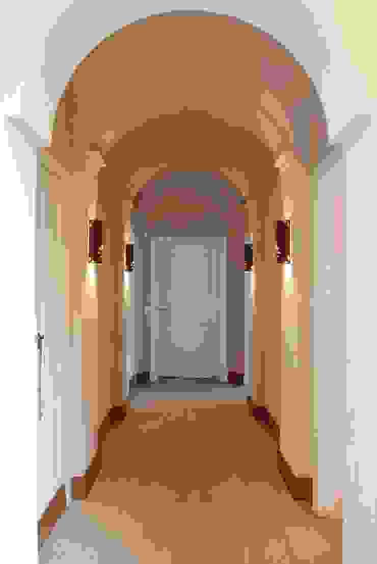 Casa Martindale Pasillos, vestíbulos y escaleras clásicas de JUNOR ARQUITECTOS Clásico