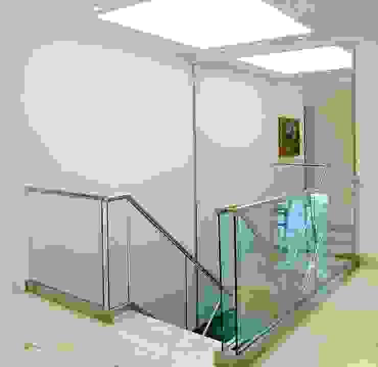 Pasillos y recibidores de estilo  por JUNOR ARQUITECTOS, Moderno