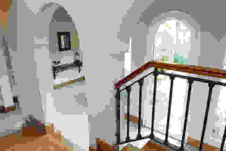 Couloir, entrée, escaliers classiques par JUNOR ARQUITECTOS Classique
