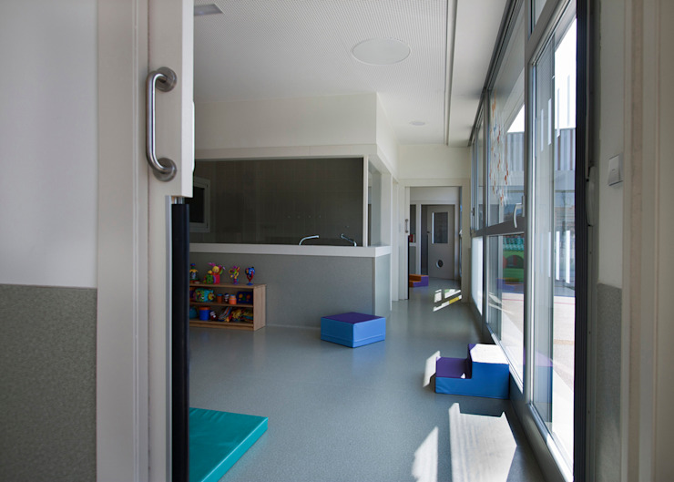 Nursery School, Zarautz. Baby classrooms Ignacio Quemada Arquitectos Modern living room White