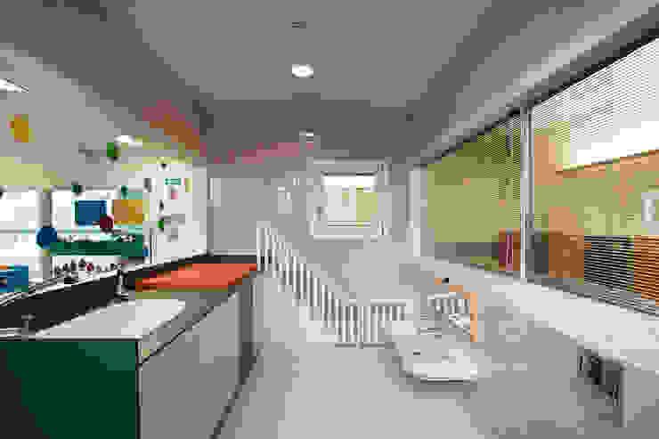 Nursery School, Zarautz. Children's toilets/Nappy changing area Ignacio Quemada Arquitectos Modern bathroom Tiles Beige