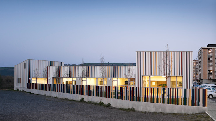 Nursery School, Zarautz. Façade and outdoor playground Ignacio Quemada Arquitectos Modern houses Aluminium/Zinc Multicolored