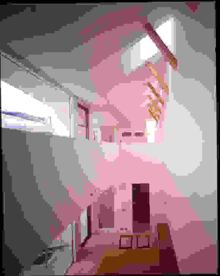 1階の食堂と吹き抜けの向こう側に見えるリビング モダンデザインの 多目的室 の Guen BERTHEAU-SUZUKI Co.,Ltd. モダン
