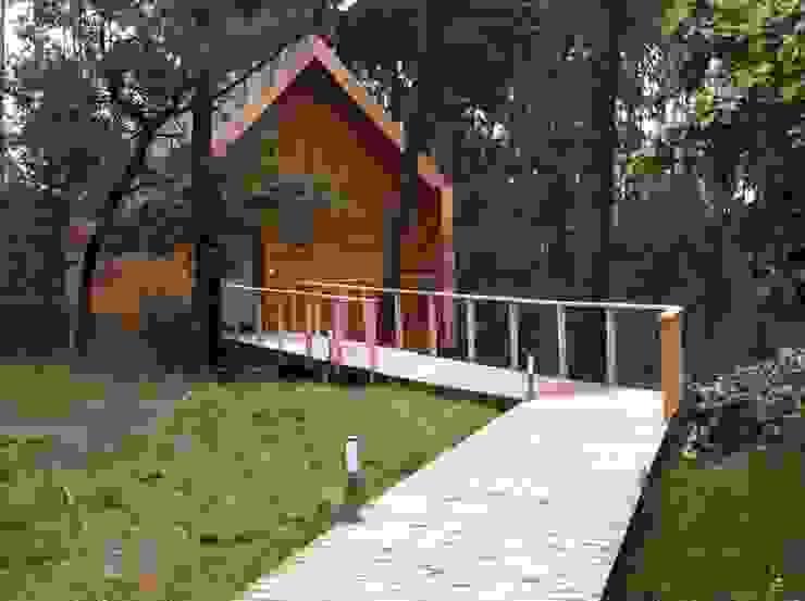 Casa em madeira maciça Casas rústicas por NORMA | Nova Arquitectura em Madeira (New Architecture in Wood) Rústico Madeira maciça Multicolor