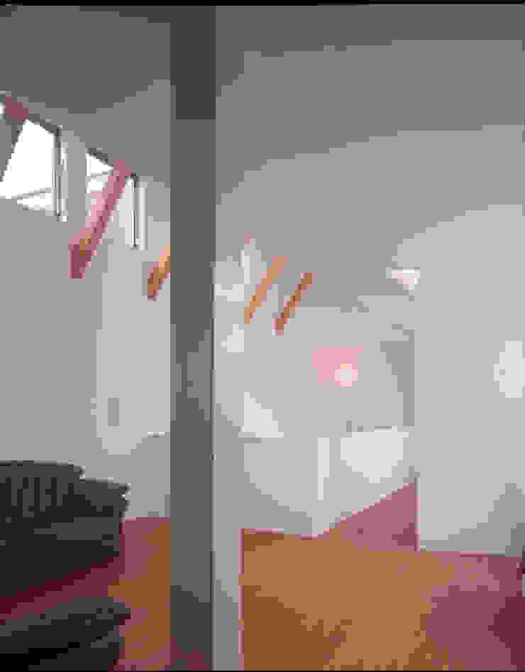 2階のリビングスペース モダンデザインの 多目的室 の Guen BERTHEAU-SUZUKI Co.,Ltd. モダン