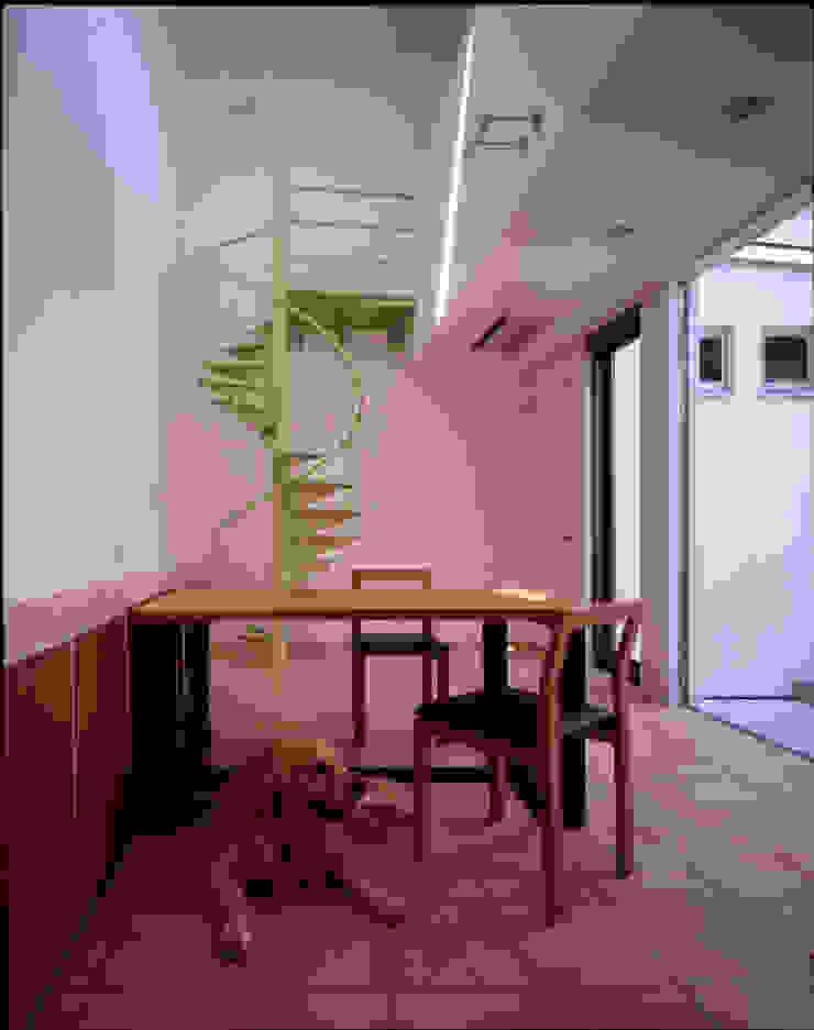 食堂でくつろぐ愛犬 モダンデザインの ダイニング の Guen BERTHEAU-SUZUKI Co.,Ltd. モダン