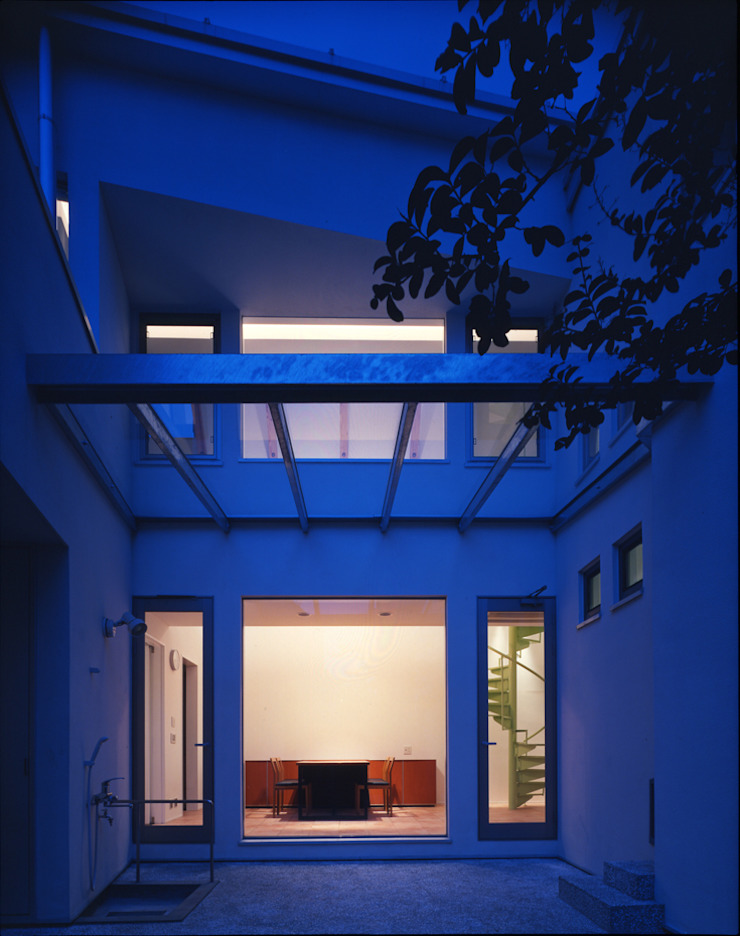 夜景の中庭 モダンな庭 の Guen BERTHEAU-SUZUKI Co.,Ltd. モダン
