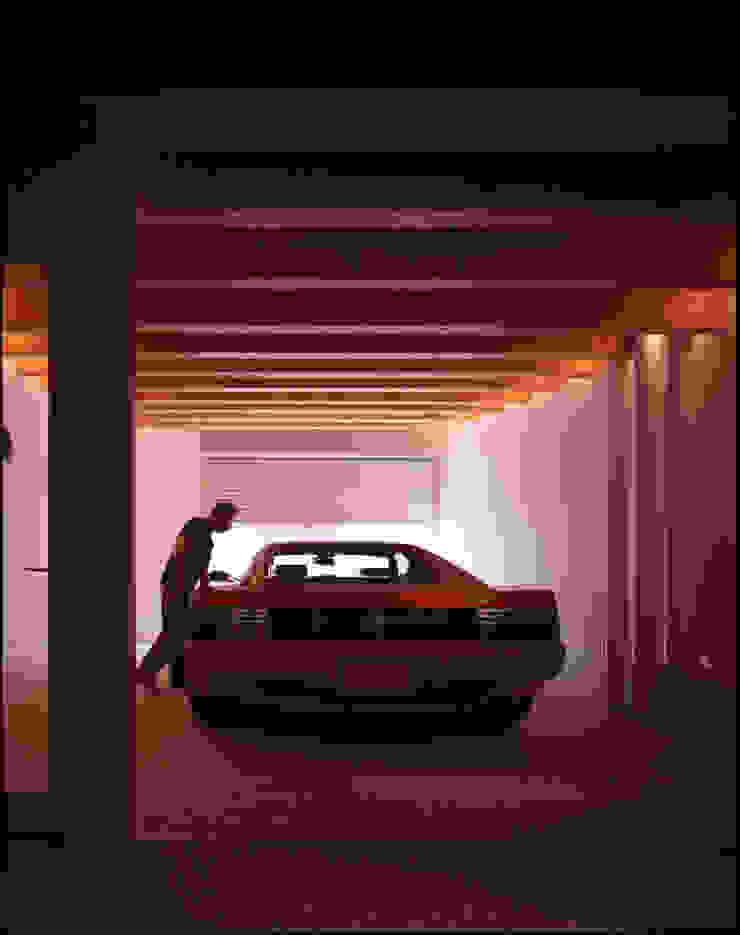 車庫の中の愛車 モダンデザインの ガレージ・物置 の Guen BERTHEAU-SUZUKI Co.,Ltd. モダン