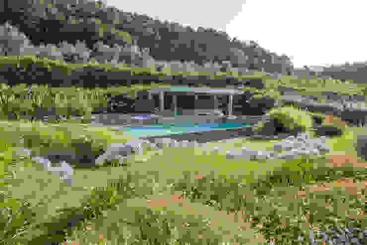 Un giardino scolpito per una proprietà privata Giardino in stile mediterraneo di Giuseppe Lunardini Architetto del Paesaggio Mediterraneo