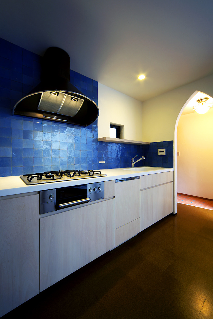 house in yokohama オリジナルデザインの キッチン の 株式会社廣田悟建築設計事務所 オリジナル タイル