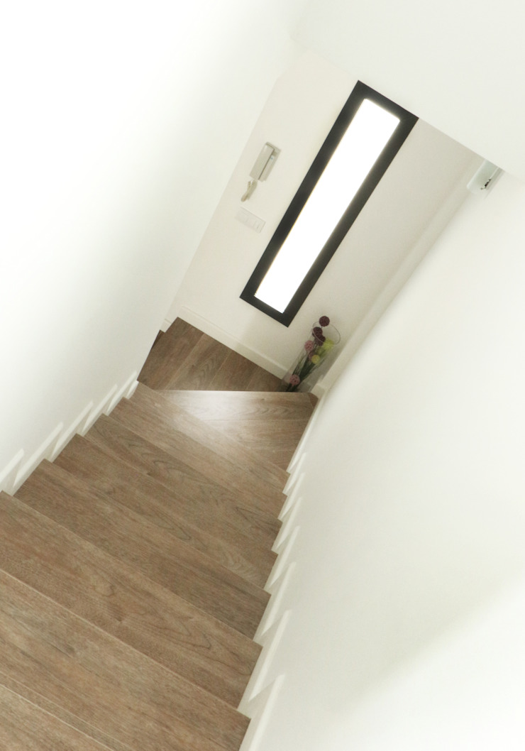 Stairs acertus Pasillos, vestíbulos y escaleras de estilo moderno Marrón