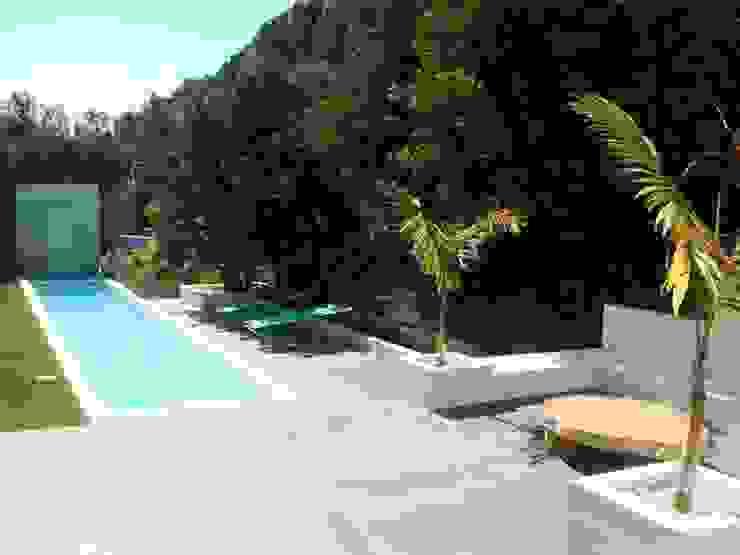 villa en el limonar malaga Piscinas de estilo moderno de Architect Hugo Castro - HC Estudio Arquitectura y Decoración Moderno
