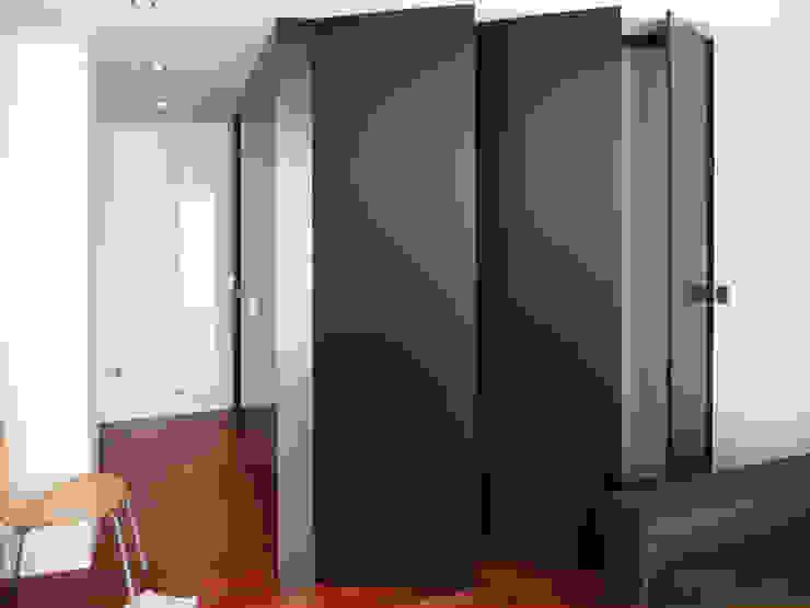 mr2arquitectos Modern windows & doors Black