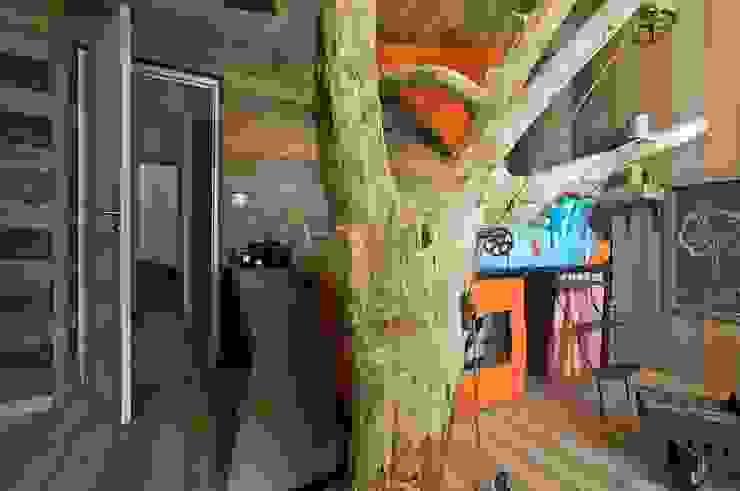 La chambre du garçon finit par Frédéric TABARY Éclectique Bois massif Multicolore
