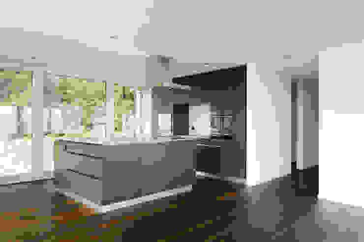 Кухня в стиле модерн от a4D Architekten AG Модерн