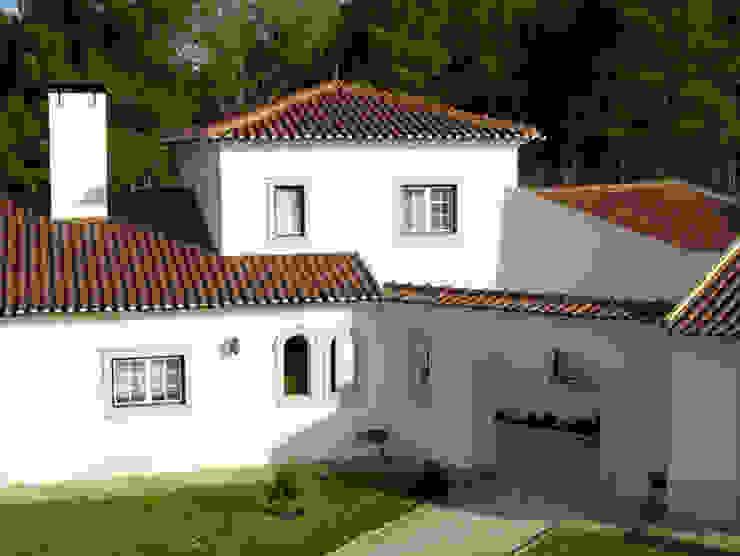 Pormenor da moradia com telhado F3+ Casas clássicas por CS Coelho da Silva SA Clássico