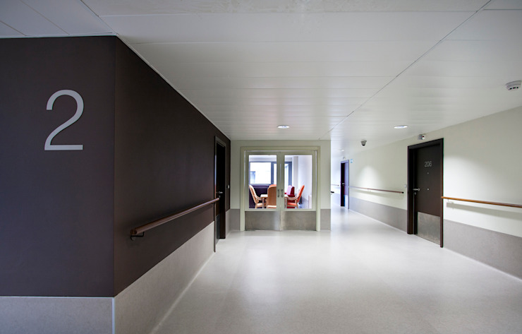 Apartments for Senior Citizens and Day Care Centre, Zarautz. Corridor Ignacio Quemada Arquitectos Modern corridor, hallway & stairs White