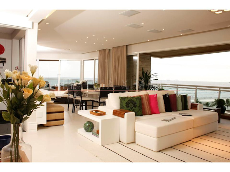almofadas coloridas, sofá branco, aparador, sofá table Salas de estar modernas por LX Arquitetura Moderno