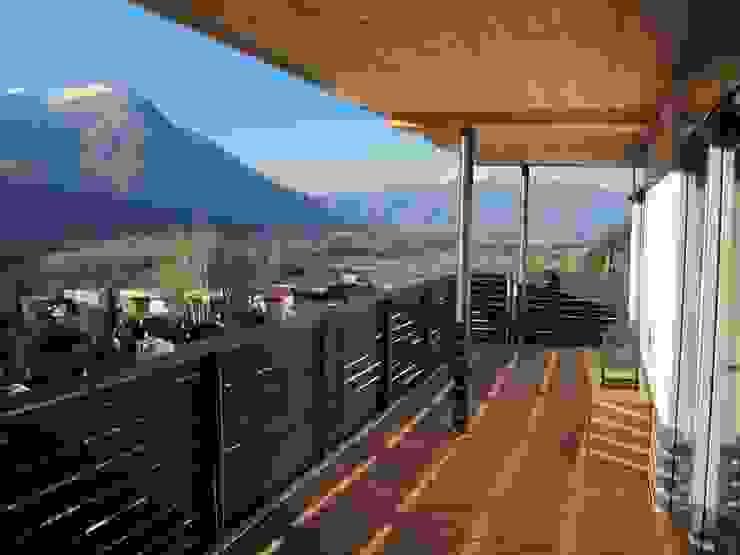 Balcone, Veranda & Terrazza in stile classico di Holzhaus-Rosskopf Classico