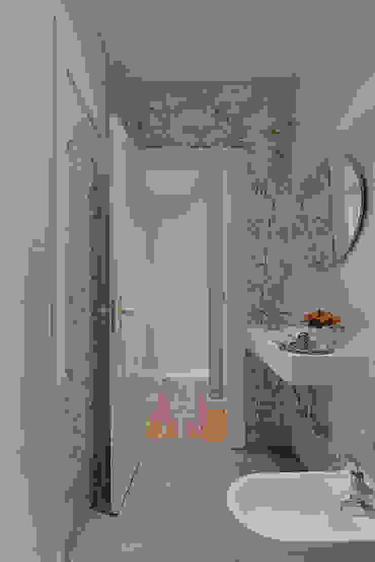 """<q class=""""-first"""">Pied-à-terre</q> in Lisbon Casas de banho ecléticas por INSIGHT - Interior Architecture and Design Eclético"""