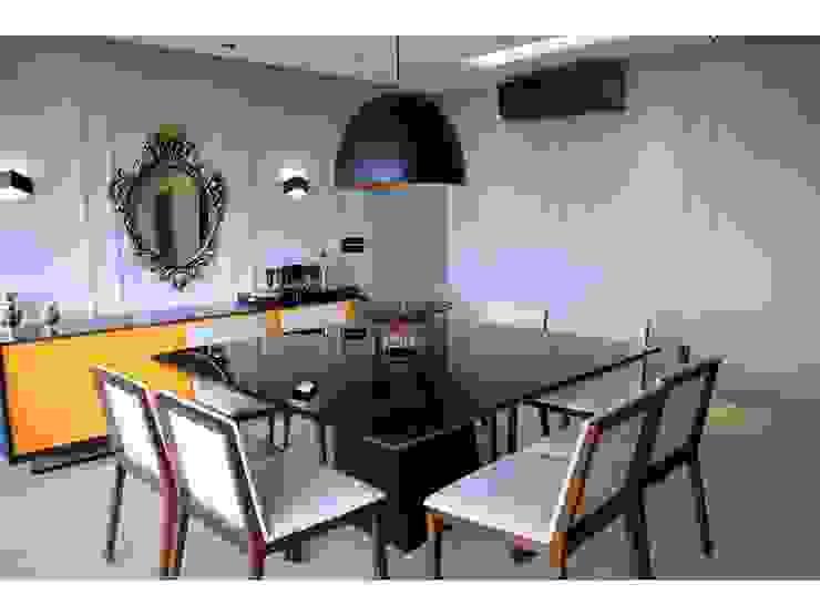 Sala de jantar, mesa preta, aparador amarelo, lustre fosco Salas de jantar modernas por LX Arquitetura Moderno